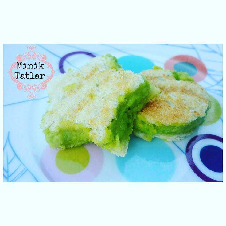 En güzel mutfak paylaşımları için kanalımıza abone olunuz. http://www.kadinika.com Günaydın ola o lalla  Avokadolu Tost Yarım avokado Beyaz peynir 1 adet dövülmüş ceviz 2 dilim ekmek  Avokado ve peyniri ezip içine cevizi de atıp karıştırıp ekmeğimizin arasına sürdükten sonra tost makinası arkadaşa yolluyoruz  #miniktatlarkahvalti  #miniktatlar8ay #miniktatlar