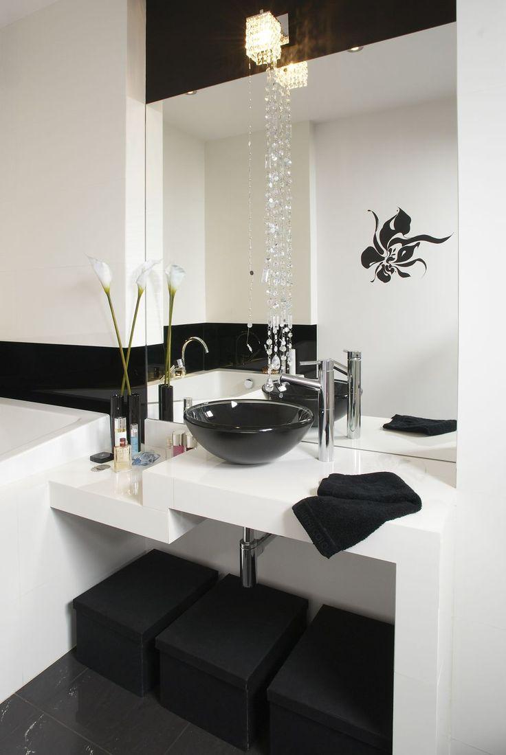Aranżacja łazienki czarno-białej nie jest prostym zadaniem. Przy takim doborze kolorów do łazienki musimy wziąć pod uwagę wielkość wnętrza, a także jego proporcje. Zobacz 10 pomysłów na ładne czarno-białe łazienki ZDJĘCIA