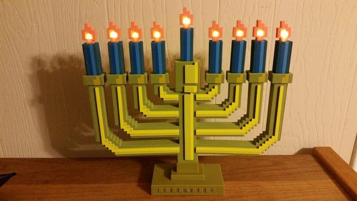 Ce chandelier à 9 branches 8-bit est un chandelier juif semblant tout droit sorti d'un jeu vidéo des années 90. Super pour une Hanouka geek et rétro