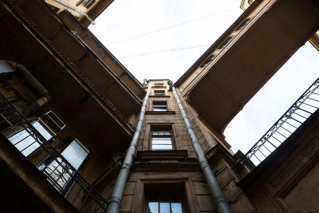 TheVillage рассказывает ожизни всамых известных инеобычных домах Москвы иСанкт-Петербурга