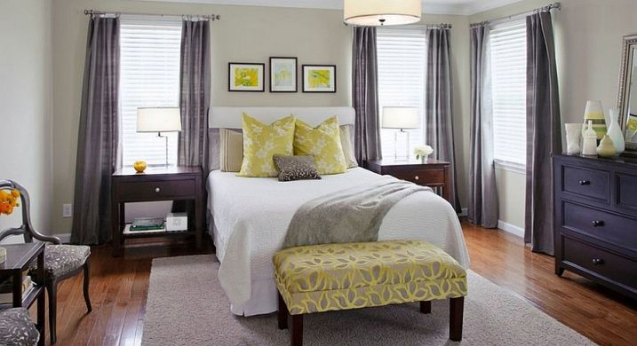 chambre-avec-rideaux-gris-et-coussins-jaunes