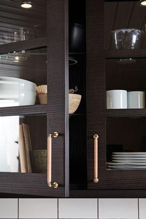 Ballingslövs kökslucka Bistro i färgen ask brunbets. Ett brunt kök i modern tappning. Vitrinskåp för synlig förvaring. | Ballingslöv