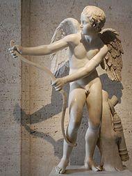 EROS staat natuurlijk centraal! Hij is de god van de liefde en het schoonheidsverlangen, en de drijvende kracht achter aantrekking en binding, blinde passie voor iets of iemand, en voortplanting in de natuur. Zijn equivalent in de Romeinse mythologie is Cupido (ook Amor genoemd). Eros was de zoon van Aphrodite en Ares. Eros maakt gebruik van pijl en boog om op mensen te schieten. Als hij dan iemand geraakt heeft, is deze op slag verliefd. Zelfs de goden waren niet veilig voor hem.