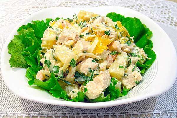 Хотим предложить замечательный рецепт слоёного салата курицы с грибами и ананасами. Блюдо особенно подойдет тем, кто хочет удивить своих гостей