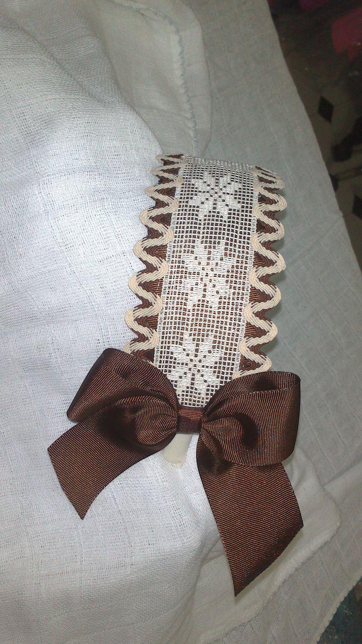 Diadema de encaje crudo y marrón. www.lazosiris.com