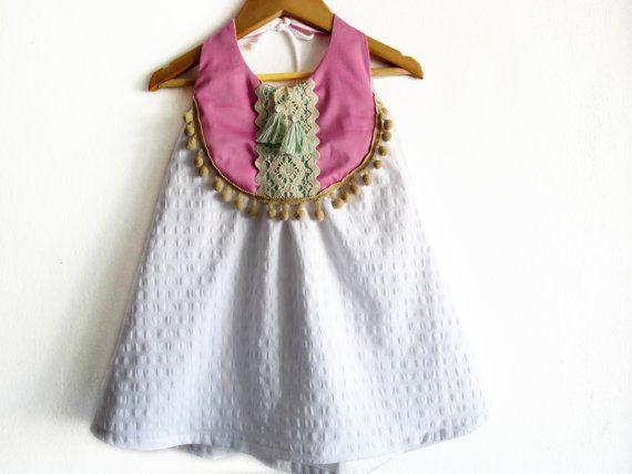 KUNDENSPEZIFISCH KONFEKTIONIERT Baby/Kleinkind-Kleid Boho.  Hergestellt aus 100 % Stich Baumwolle und Kreuz Detail.  Das perfekte Boho Kleid für Ihre kleinen.  MASSE: Körper-Messungen-Diagramm.  GRÖßE / HÖHE / BRUST Alle Maßangaben in Zoll  12-24M - 31,5/ 21 2Y - 36,25/ 22,25 3Y - 38,75/ 22,5 4Y - 41/ 23 5Y - 43,5/ 23,25 6Y - 45,75/ 23,75  ACHTUNG!!! *** Handwäsche in lauwarmen Wasser. Verwenden Sie Feinwaschmittel. Liegen Sie flach oder Linie trocken. Seien Sie vorsichtig mit Quasten und…