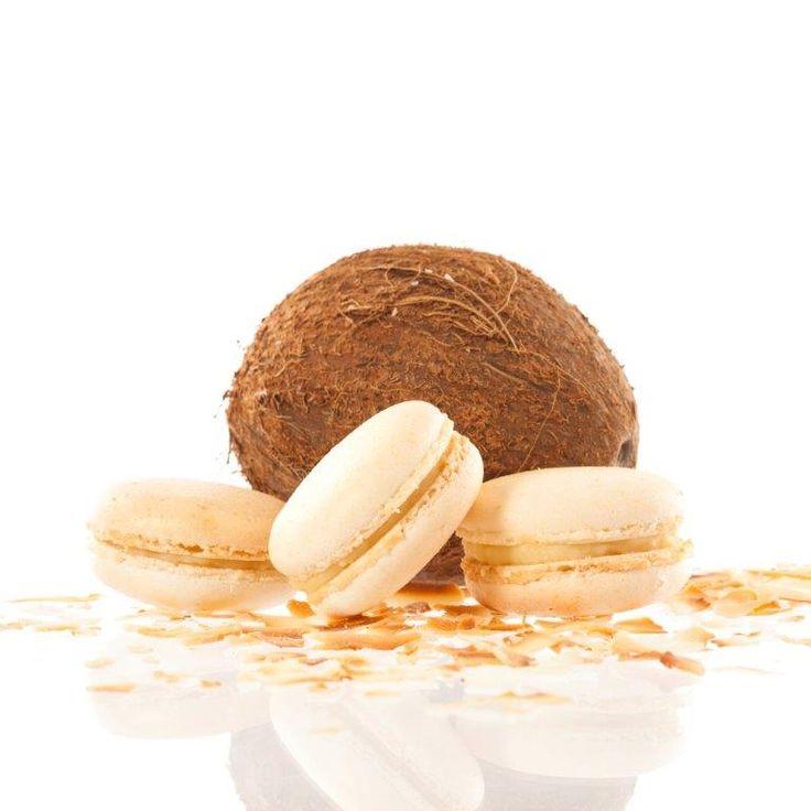 Kokosová makronka. Nejznámější francouzská pochoutka křupavá na povrchu a jemná uvnitř s náplní z bílé čokolády, kokosu a likéru Malibu, která se rozplývá na jazyku.