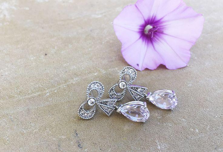 Pendientes de novia con forma de lazo realizado en plata y circonitas con gema talla pera en color rosa agua. Marina Garcia Joyas | Pink wedding earrings. Bow earrings. Pink teardrop earrings.