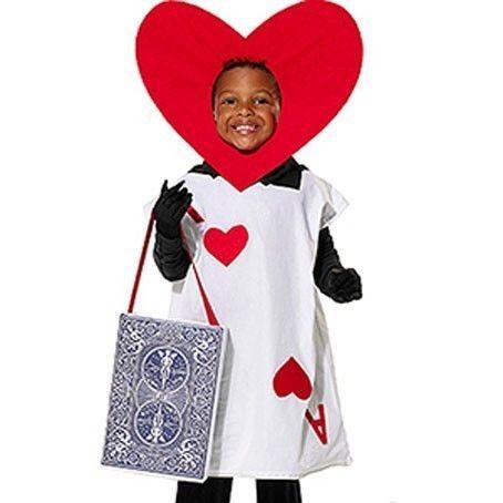 Bambino vestito da carta da gioco