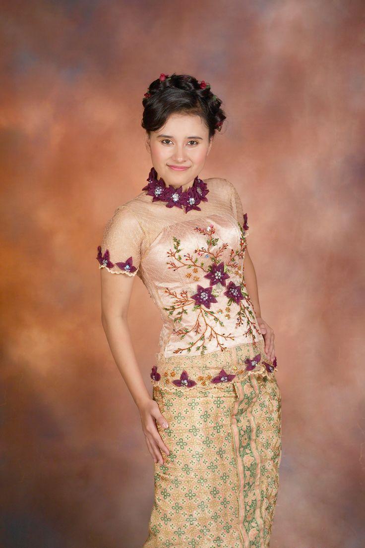 #baju #kebaya #modern #tradisional #traditional #indonesia #dress #kain #berukat #lace #tile #batik #sutera #swarovski #batu #payet #jepang #payetjepang #sulam #pita #sulampita #benang #sulambenang #gold #emas #maroon #bergundi #haken #sewing #stitch #jahit #latepost #party #2009 #kebayamimihcicih