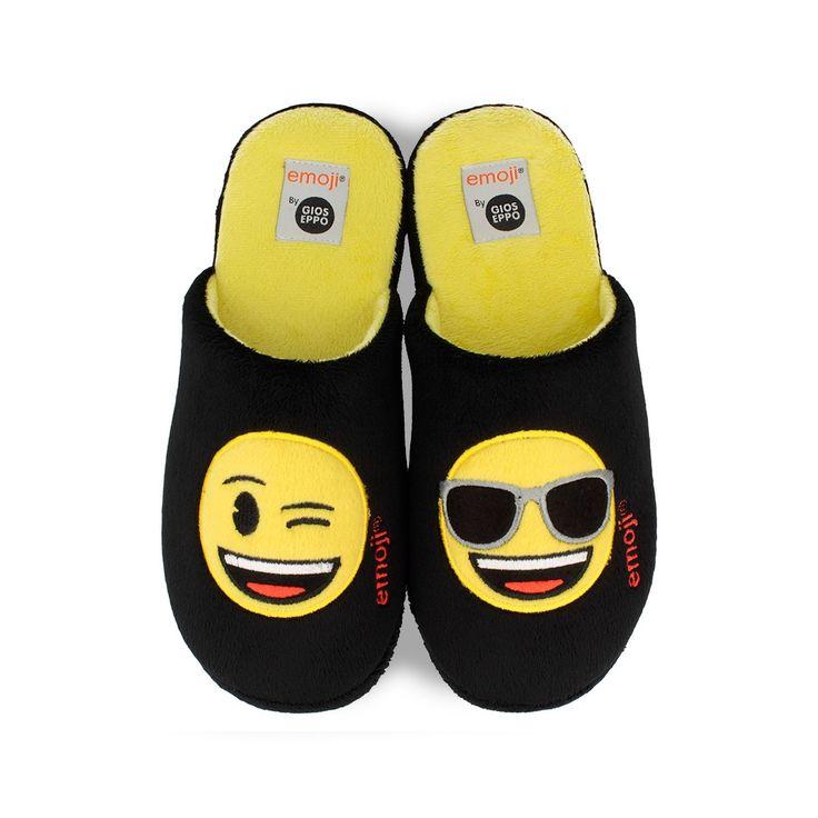 Zapatillas de casa de hombre en negro con plantilla en amarillo. Motivo de icono en la zapatilla izquierda carita con gafas y en la zapatilla derecha icono guiño. Corte y forro en textil. Los emoticones más divertidos en tus zapatos.