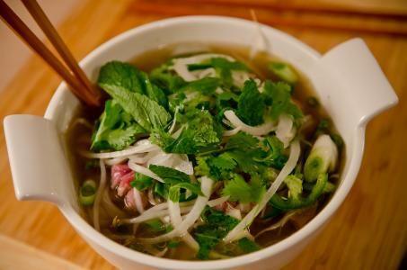 Polévka Pho je ve Vietnamu velmi populární. Připravuje se z rýžových nudlí, zeleniny, koření a buď kuřecího, hovězí masa nebo mořských plodů. My si dnes připravíme Pho s krevetami. Uvidíte, že je opravdu vynikající.