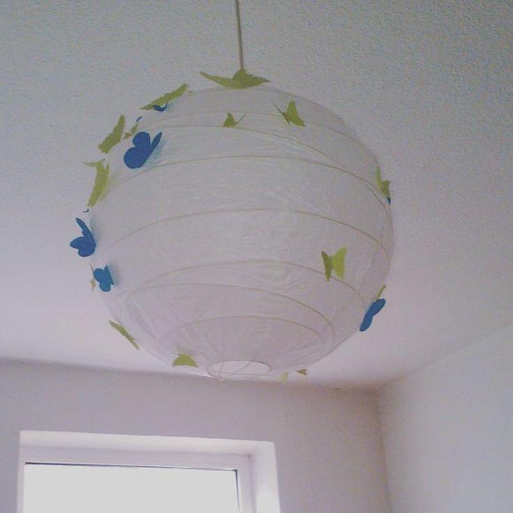 DIY- Luminaria japonesa com borboletas de papel aplicadas com cola universal. Além de barata, fácil de fazer e com mil possibilidades. Luminária by Ikea Kiel