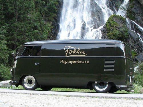 Tolles Foto!!! T1 VW mit Werbung von Fa. Fokker..Hersteller für Flugzeuge, Helis und auch mal Wohnwagen...wir hatten einen Fokker!!!!