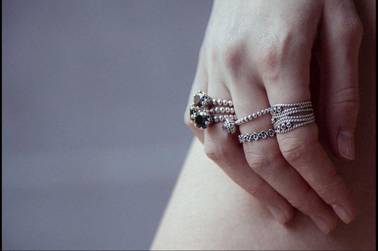 Cinco looks perfectos para lucir la tendencia de la temporada el grunge: anillos de Pandora