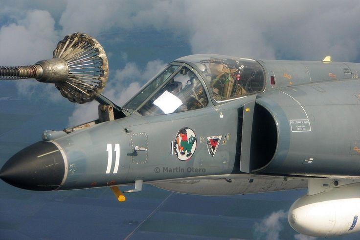 AMD-BA Super Étendard 0761/3-A-211 de la 2° Escuadrilla Aeronaval de Caza y Ataque (EA32) del Comando de Aviación Naval (COAN) de la Armada Argentina, reaprovisionando combustible desde el KC-130H TC-69 de la Fuerza Aérea Argentina.