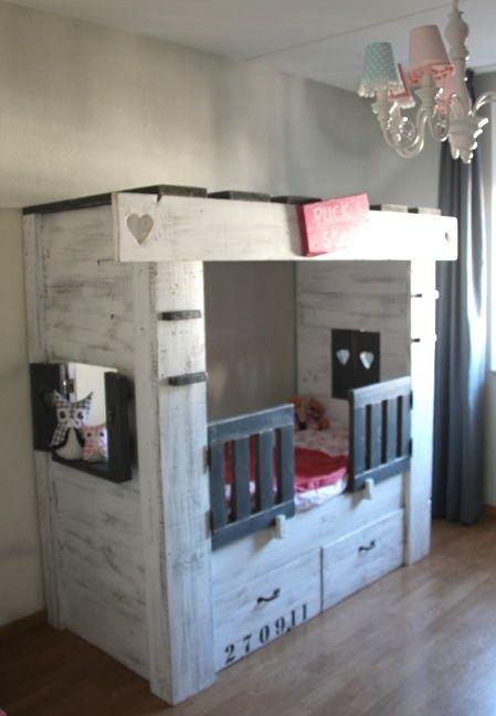Een leuk bedhuisje voor een peuter! Hekjes en luikjes maken het bed compleet. Ook in andere maten.