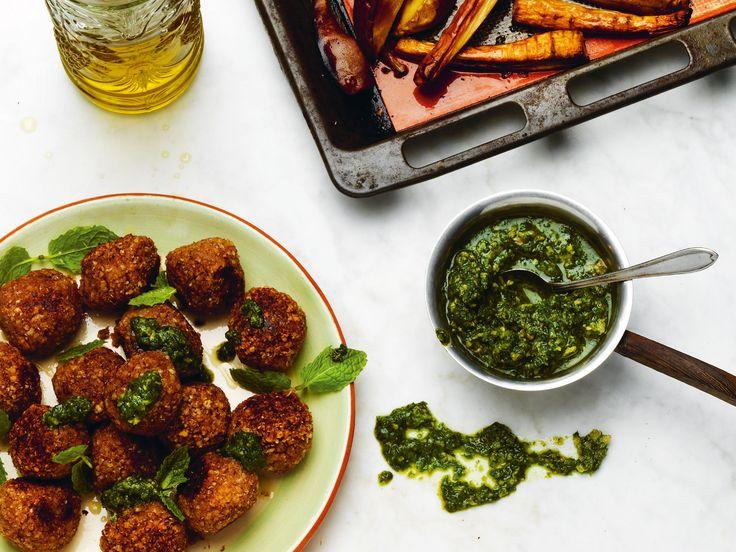 Bovetebiffar med myntasås och rostade rotfrukter | Recept från Köket.se