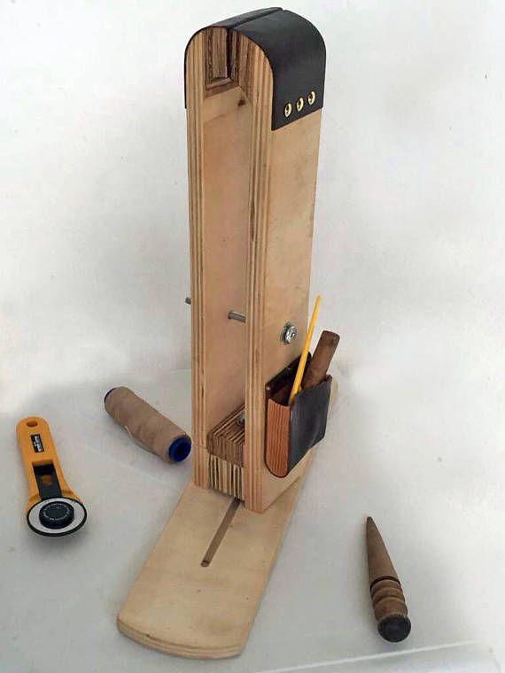 Pony de costura de cuero  Nuevo diseño-   Sesión pony o tabla superior con 2 agujero de fijación  Hecho a mano de madera de pino perfecto pony  Dimensiones aproximadamente: 13  alto sentado base: 12    Pony giratorio 360 grados y el tornillo oculto  DE hecho a MANO y madera CONTRACHAPADA     Pago  -----------------------------------------------------------  Acepto solo pago de PAYPAL Usted puede ahorrar su dinero Combino envío, Compra varios de mis artículos para descuento reembolsará a…