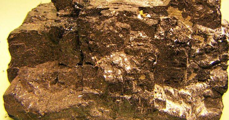 ¿Cómo se produce la energía del carbón?. Con el fin de utilizar el carbón, la roca sedimentaria a menudo se quema para generar electricidad, pero primero debe ser extraído de la tierra. Esto se logra a través de dos métodos: la minería de superficie y la subterránea. En la minería de superficie, que se utiliza para extraer carbón a menos de 200 pies (60 metros) de la superficie de la ...