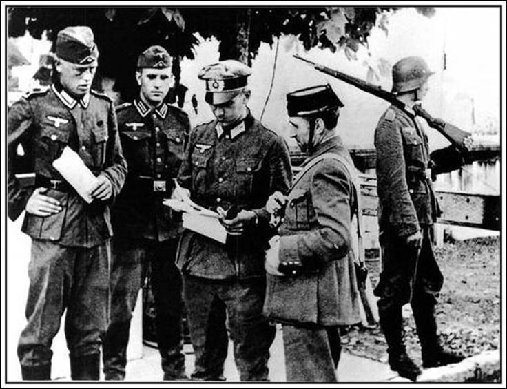 Soldados de la Wehrmatch y un guardia civil probablemente Hendaya en 1940
