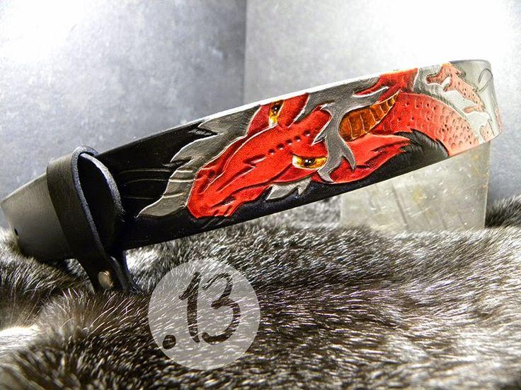 """""""Feuerläufer"""" schwarzer 4cm breiter Gürtel mit rotem Drachen, großer silberner Gürtelschnalle,  kleiner Tasche sowie Schlaufe mit Ring."""