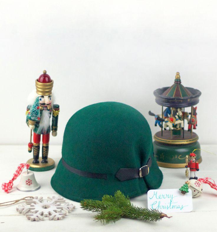 Doune - Dark Green Felt Cloche Hat with black buckle, cloche hat, green vintage style hat, wool felt hat, formal winter hat, christmas gift by Palomilla on Etsy // Doune - Sombrero de Fieltro Verde con detalle de hebilla negra y cinta grosgrain en negro