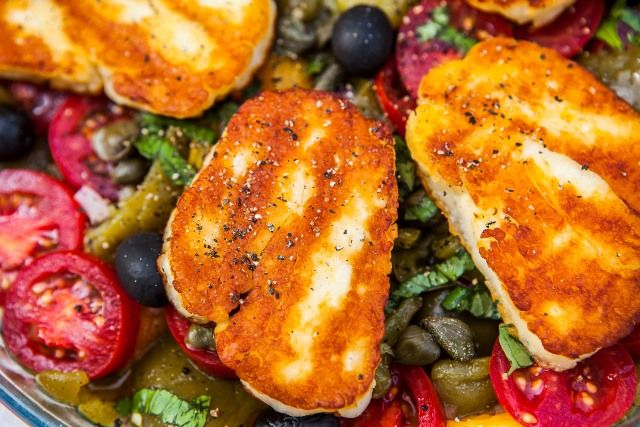 Mediterrán halloumi saláta
