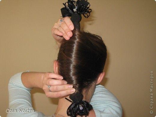 Исходное положение. Все волосы просовываем в прорезь и распределяем их по всей длине заколки. фото 12