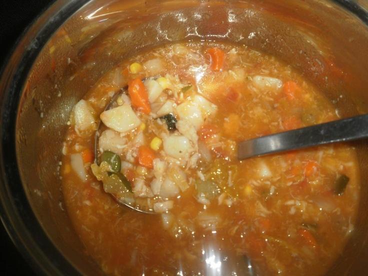 Corba sa Ribljim Filetinma    Riblji fileti  1 glavica luka  4 krompira  2 kasike paradajz sosa  500 ml. vode  so, biber i vegeta(ja sam dodala malo origana i suhog persuna)    Riblje filete isjec i posolit pa malo proprzit.    U serpi proprzit sitno sjeckan luk i dodat mu krompir isjecen na vece kocke.    Kad se i krompir malo prodinsto dodat zacine i vodu pa ostavit da se kuha oko 15 minuta.