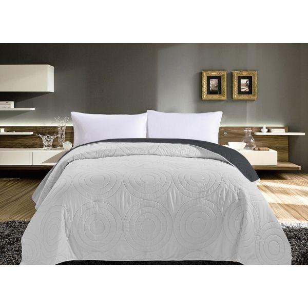 Šedé oboustranné přehozy na postel