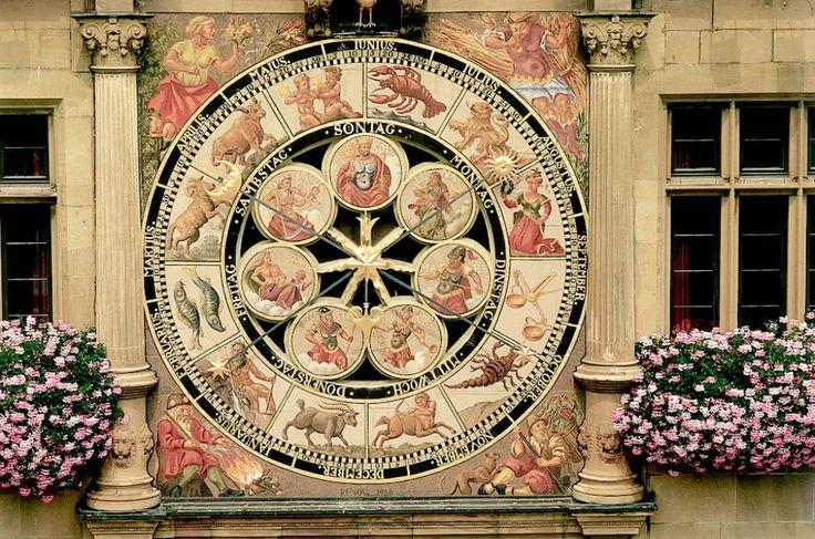 E do relógio inferior. Nesse, além dos signos zodiacais, há os deuses que simbolizam os planetas, também denominando os dias da semana. Heilbronn, Alemanha.