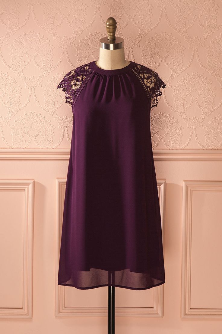 Légère comme un nuage et gracieuse comme le vol de la colombe.  Light as a cloud and gracious as the flight of the dove. Karly Mauve - Purple shift dress with lace detail www.1861.ca