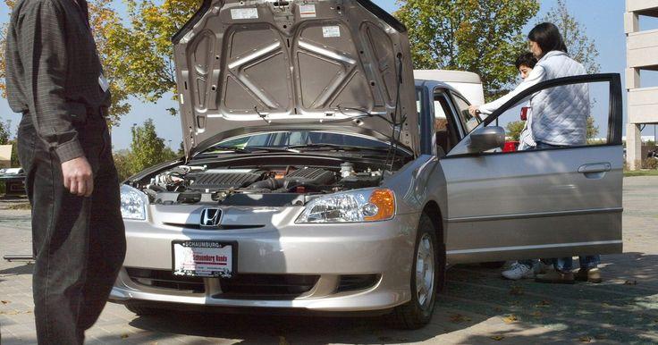 Cómo cambiar las pastillas de freno en un Honda Civic. Los frenos del Honda Civic utilizan una combinación de pastillas de freno en la parte delantera y zapatas de freno en la parte trasera. El fluido hidráulico es forzado, a través de líneas de acero del freno, a un mecanismo de pinza en el frente y un cilindro de pistón hidráulico en la parte trasera. El líquido empuja las pastillas de freno o ...