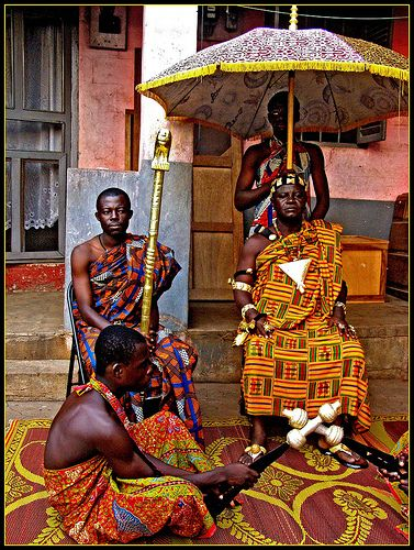 Africa | Ashanti King and his attendants.  Ghana | © Grete Howard.... The Okyeame to his right