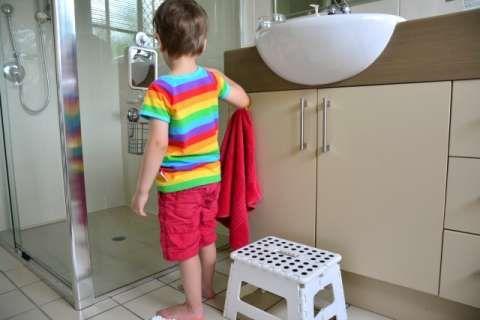 L'approccio Montessori per organizzare il bagno a misura di bambino. Spunti e idee.