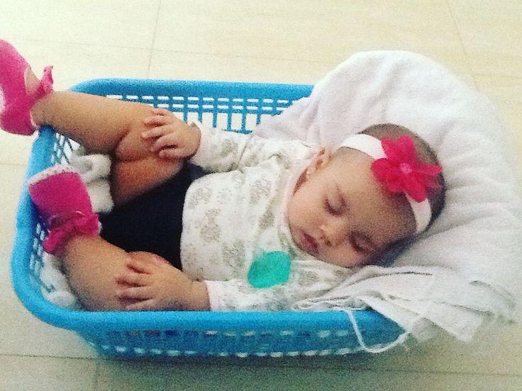 Buenos días !!! La creatividad da para todo.... Aquí les mostramos una cuna de emergencia!!!! Mi apart sin muebles aún todo el equipaje en el carro había que comer rápido ya tarde para tomar el vuelo.... y mi nieta Alessia se  durmió ..... Pero tiene a su súper ABULEA @leabox84  jajajaj  que resolvió .....(usar sólo en caso de emergencia y supervisado)  #hagaloustedmismo #cunadeemergencia .....los extraño @rivassamuel  @erikabeiner #australianoestatanlejos by leabox84
