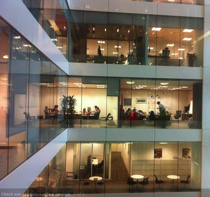 Ik denk dat dit een board van Creative Connection in Londen is. Je ziet hoe het zijn plaatsje heeft gekregen op kantoor. Mensen vergaderen na hun heidag verder en maken afspraken concreet, handig als je het getekend verslag dan bij de hand hebt.