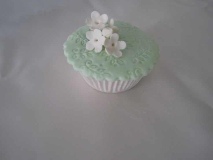 cup cake with white flowers