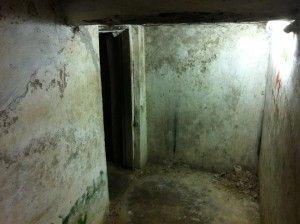 Cela onde ficavam os escravos, Cidade da Pedra, Zanzibar.Após o fim do comércio escravo, em 1873, no lugar do antigo mercado de escravos foi erguida a Catedral Anglicana. Em seu subsolo ainda estão as 15 celas onde ficavam amontoados 50 a 75 escravos aguardando o embarque. Duas delas são acessíveis aos turistas.