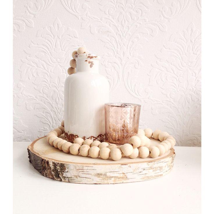 Vaasje wit/koper, thee licht koper en een houten woonketting op een boomschijf