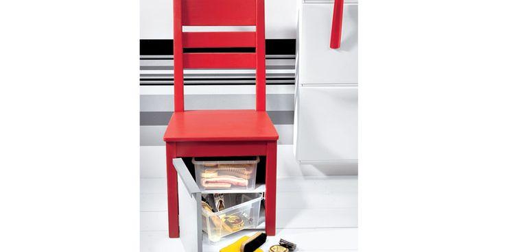 Una sedia diventa box pulizia scarpe: l'interno viene sfruttato per collocarvi spazzole e lucidi, mentre la seduta funge da appoggio per la spazzolatura.