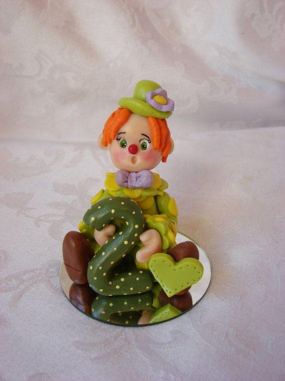 Gepersonaliseerde Clown tweede kerst Ornament, Childrens 2e verjaardag taart Topper, beeldje.  Een handgemaakte Art sculptuur.