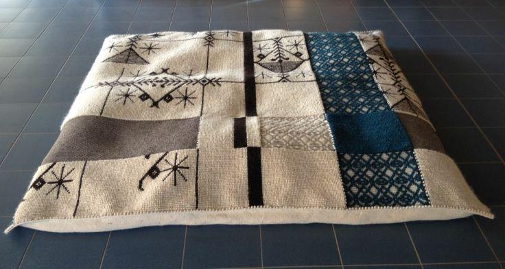 """Cuscinone CASCATA realizzato a mano con le tecniche """"Pibiones"""", """"Aramu"""" e """"Litzos"""". Materiali: 80% lana, 20% cotone"""