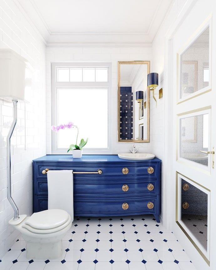 Aranżacja wnętrza eleganckiej, biało-niebieskiej łazienki. Wystrój pomieszczenia w stylu marynistycznym. Oryginalne płytki oraz srebrne i złote dodatki sprawiają, że wnętrze jest wyjątkowo ekskluzywne.