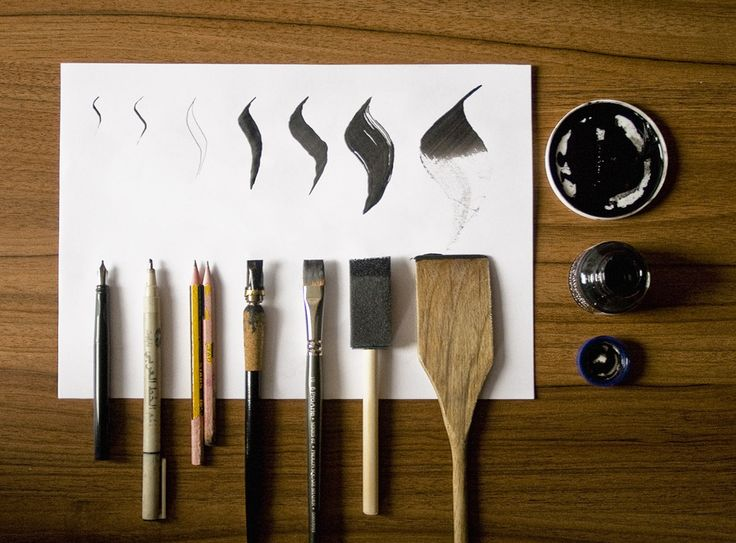 Distintas herramientas y plumas con sus trazos resultantes