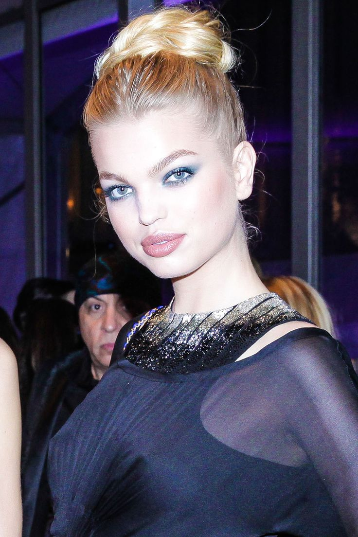 How to get Daphne Groeneveld's smoky blue eyeshadow makeup look:
