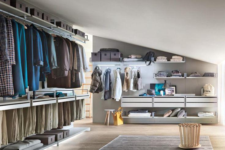 Cabine armadio che sfruttano l'altezza Anche una mansarda può essere attrezzata con una cabina armadio. In foto, il programma Novenove di CRS Lema per Lema in legno laccato.