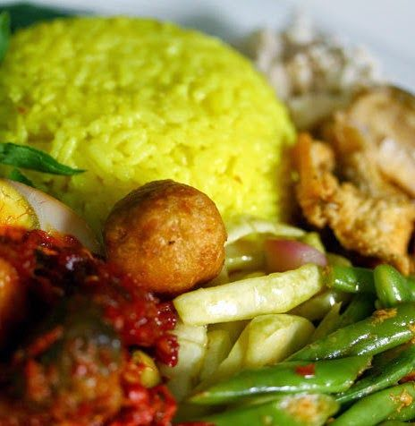 Indisch eten!: Nasi kuning met ketan: gele Indonesische rijst met kokos en kruiden