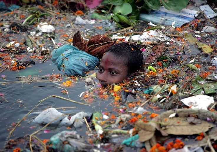 Inde : un enfant nage dans une eau polluée